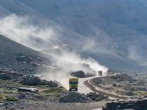 Zwei LKWs, die schnell fahren Stockfotografie