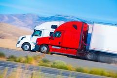 Zwei LKWs halb beschleunigend Lizenzfreie Stockfotos
