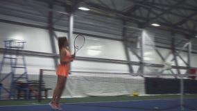 Zwei lustige Brunettes spielen Tennis stock video
