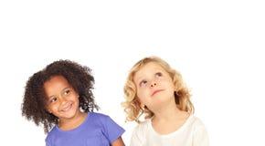 Zwei lustige Kinder, die oben schauen Lizenzfreie Stockbilder