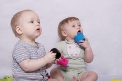 Zwei lustige Kinder mit Spielwaren Lizenzfreie Stockfotografie