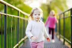 Zwei lustige kleine Mädchen, die mit Freude und happines laufen stockbilder