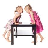 Zwei lustige Mädchen Stockfotos
