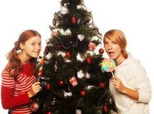 Zwei lustige Mädchen mit Lutschbonbon-springen heraus. Stockfotos