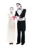 Zwei lustige Pantomimen mit Geschenkkasten im Studio auf Weiß Lizenzfreies Stockfoto