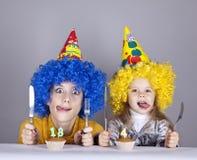 Zwei lustige Schwestern vier und achtzehn Jahre alt Stockfotografie