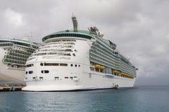 Zwei LuxusKreuzschiffe unter bewölktem Himmel Lizenzfreies Stockfoto