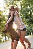 Zwei Mädchen außerhalb betriebsbereiten zur Party Lizenzfreies Stockfoto
