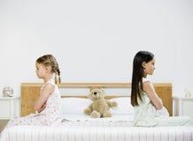 Zwei Mädchen auf Bett stockfotos