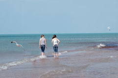 Zwei Mädchen auf dem Strand Lizenzfreie Stockfotografie