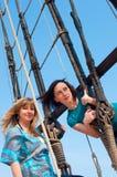 Zwei Mädchen auf einem Boot Lizenzfreie Stockfotos