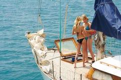 Zwei Mädchen auf einem Bootsreiseflug Lizenzfreie Stockfotos