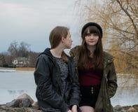 Zwei Mädchen auf einer Brücke Stockfotografie