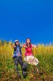 Zwei Mädchen auf goldenen Terrassen Stockfotografie