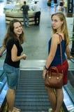 Zwei Mädchen auf Rolltreppe lizenzfreies stockfoto