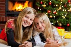 Zwei Mädchen auf Weihnachtsabend Lizenzfreie Stockbilder