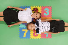 Zwei Mädchen auf Wolldecke mit Zahlen Stockfotos
