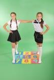 Zwei Mädchen auf Wolldecke mit Zahlen Stockbild