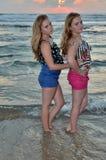 Zwei Mädchen blond auf dem Strand am Sonnenuntergang Lizenzfreies Stockbild