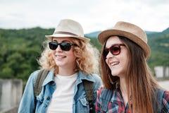 Zwei Mädchen in den Hüten, die durch Ruinen reisen lizenzfreie stockfotos
