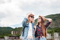 Zwei Mädchen in den Hüten, die durch Ruinen reisen lizenzfreie stockbilder