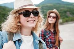 Zwei Mädchen in den Hüten, die durch Ruinen reisen stockfotos