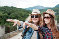 Zwei Mädchen in den Hüten, die durch Ruinen reisen stockbilder