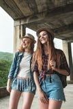 Zwei Mädchen in den Hüten, die durch Ruinen reisen lizenzfreies stockbild
