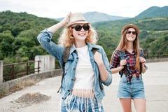 Zwei Mädchen in den Hüten, die durch Ruinen reisen stockbild