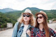 Zwei Mädchen in den Hüten, die durch Ruinen reisen lizenzfreies stockfoto