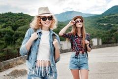 Zwei Mädchen in den Hüten, die durch Ruinen reisen stockfotografie