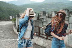 Zwei Mädchen in den Hüten, die durch Ruinen reisen lizenzfreie stockfotografie