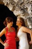 Zwei Mädchen in den Kleidern, die gegeneinander schauen. Lizenzfreies Stockfoto