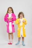 Zwei Mädchen in den Kleidern stellen Häschen dar lizenzfreies stockfoto