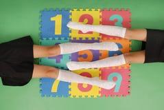 Zwei Mädchen in den Kniestrümpfen auf Wolldecke mit Zahlen Lizenzfreie Stockfotos