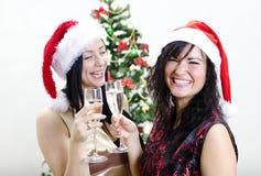 Zwei Mädchen in den roten Hüten haben Spaß lizenzfreies stockfoto