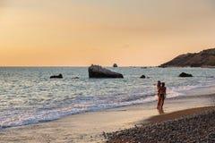Zwei Mädchen in den Schwimmenklagen machen ein selfie Foto am der PETRA-tou Romiou-Geburtsortstrand Aphrodite, der im Nachmittags stockfoto