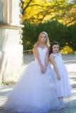 Zwei Mädchen in den weißen Kleidern Stockbilder