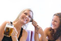 Zwei Mädchen, die über Bier kämpfen Lizenzfreie Stockfotos