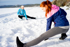 Zwei Mädchen, die Aerobicübungen tun Stockbilder