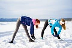 Zwei Mädchen, die Aerobicübungen tun Stockfotos