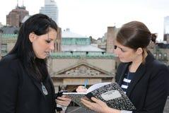Zwei Mädchen, die Anmerkungen vorschreiben stockfoto