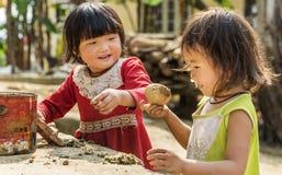 Zwei Mädchen, die außerhalb ihres Hauses im sapa, Vietnam spielen stockbild