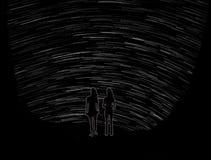 Zwei Mädchen, die auf aufpassendem nächtlichem Himmel des Klippenrandes stehen Stockbilder