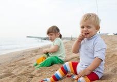 Zwei Mädchen, die auf dem Strand spielen Stockfotografie