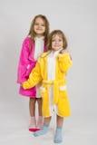 Zwei Mädchen, die in den Roben stehen stockbilder