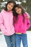 Zwei Mädchen, die den Winter genießen Lizenzfreie Stockbilder