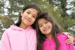 Zwei Mädchen, die den Winter genießen Stockbilder