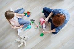 Zwei Mädchen, die Draufsicht spielen stockbild