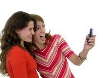 Zwei Mädchen, die ein Foto von selbst nehmen lizenzfreie stockbilder